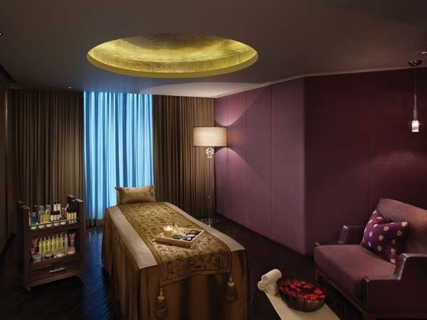 ESPA, The Leela Palace New Delhi - The spa at the Leela offers the Urban Beauty therapy. It takes the form of an Skin Brightener Facial, an Aromatherapy massage and a Luxury manicure (or pedicure). 