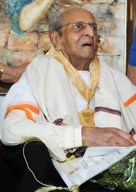 Pran was honoured with Dadasaheb Phalke Award at his residence in Mumbai on 10th May