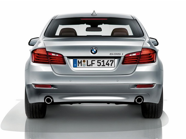 A three-dimensional surface design for the area around the license plate holder and a chrome strip in the rear bumper add further depth to its dynamic character.