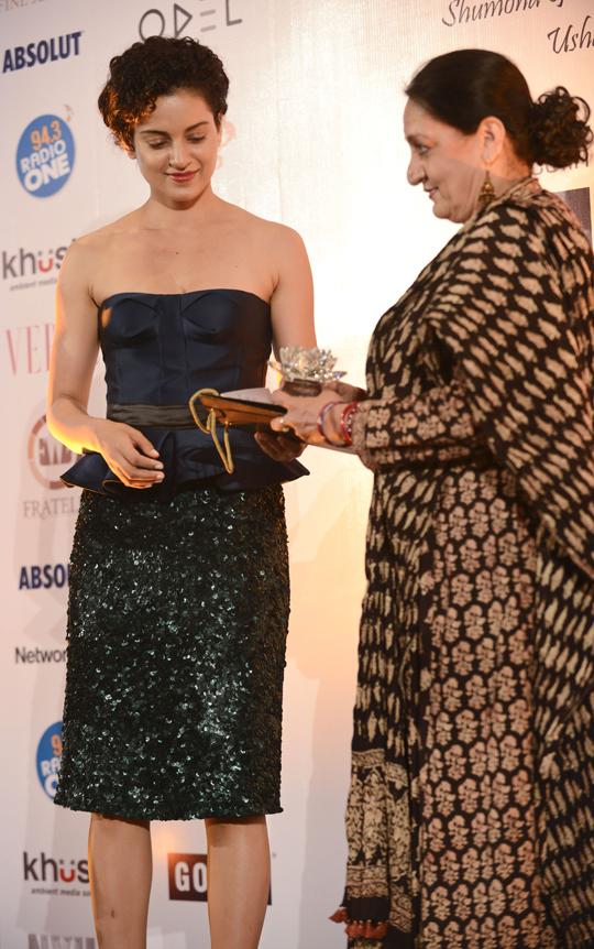 Kangana Ranaut felicitating Dolly Ahluwalia