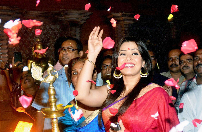 Mahima Chaudhry waves to her fans during the inauguration of a Durga Puja pandal in North 24 Pargana district in West Bengal. Photo: PTI