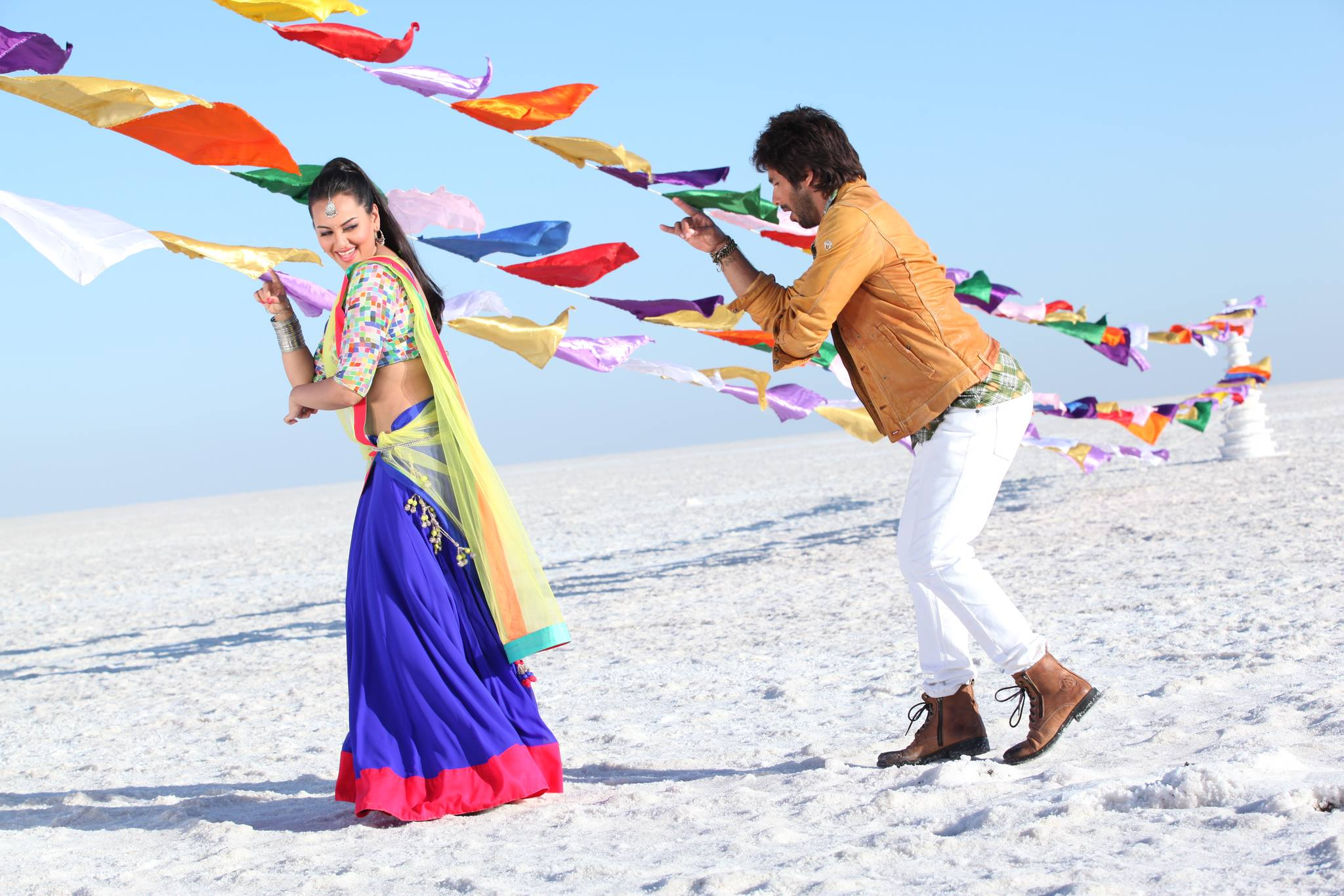 Shahid Kapoor and Sonakshi Sinha are in full on filmi mode in Prabhudeva's R...Rajkumar