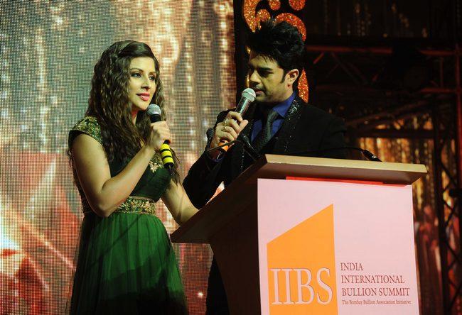 Manish Paul and Karishma Kotak hosted theBombay Bullion Fashion Show.