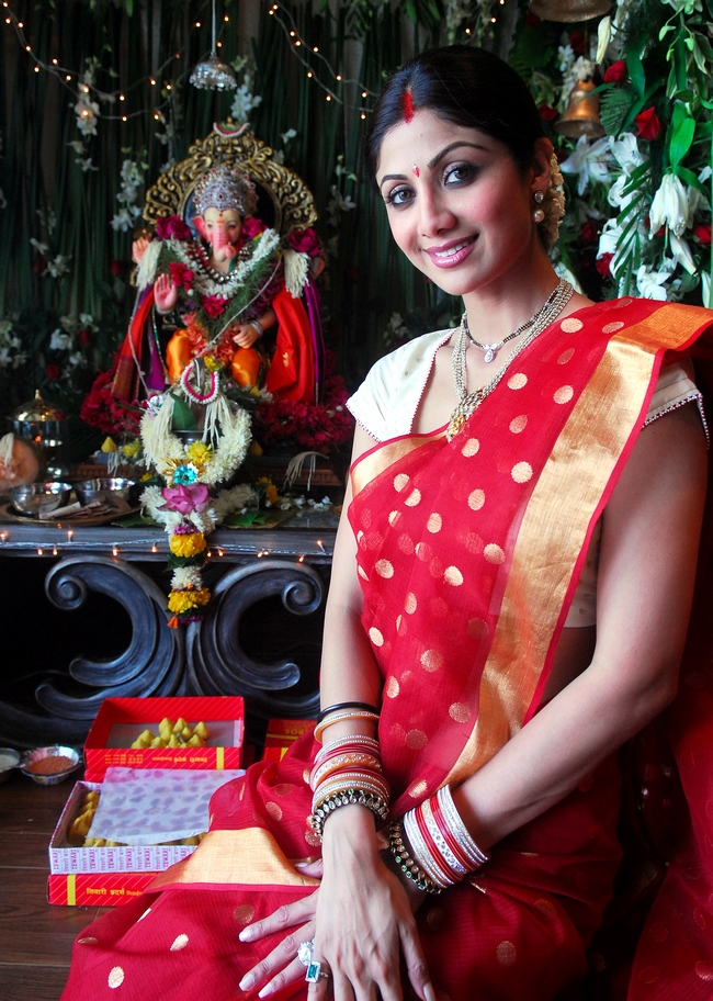 Shilpa Shetty wore a red traditional Maharashtrian sari for Ganesh Chaturthi.