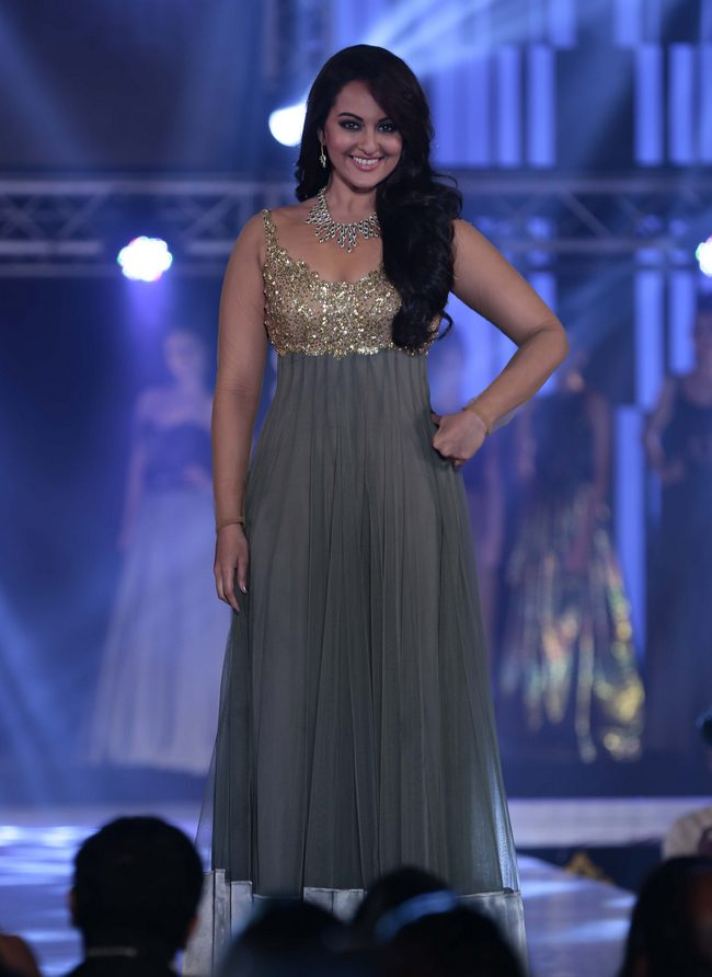 Sonakshi Sinha shimmered in a silver suit and the 1st India Bullion Jewellery Awards.