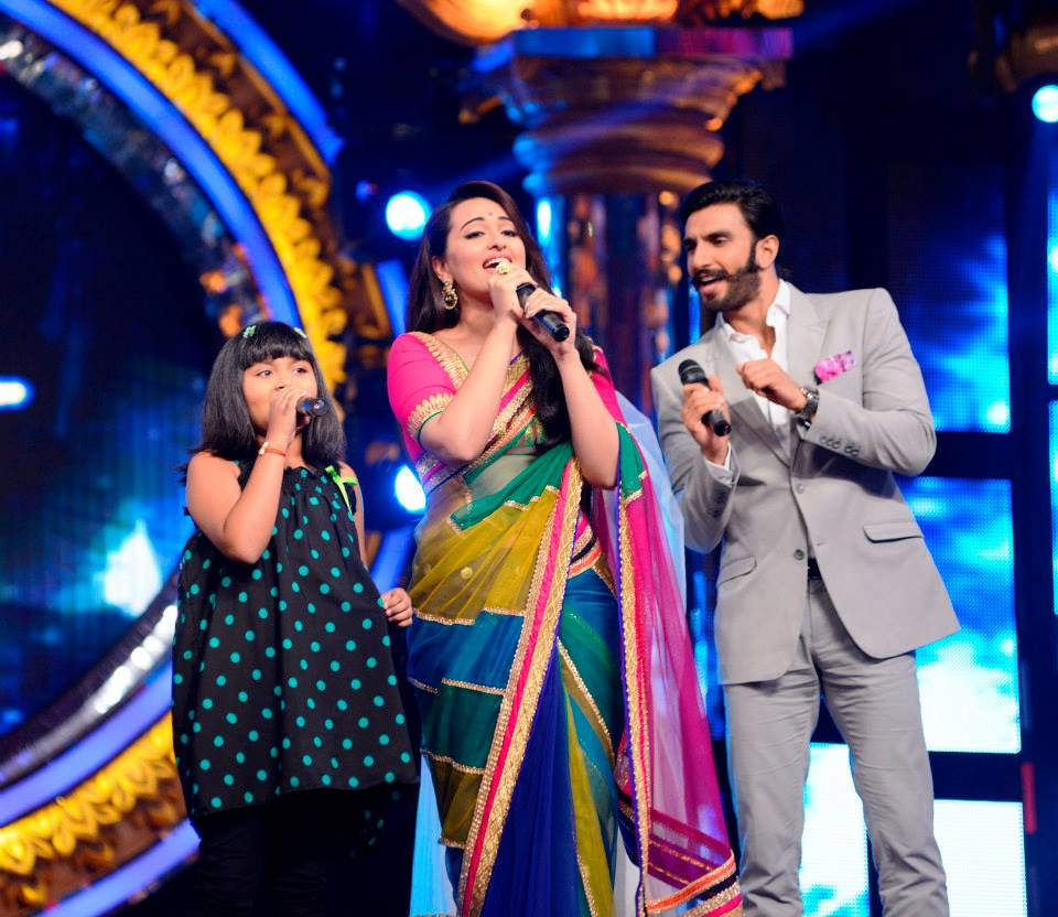 Anjana singing with Sonakshi and Ranveer