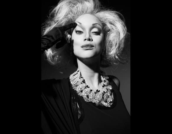 Tyra as Carmen Dell