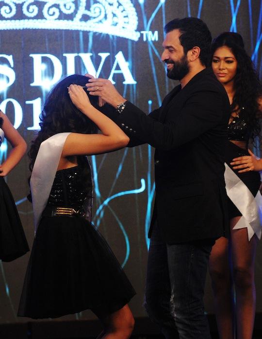 Atul Kasbekar crowns Jhataleka Malhotra as Miss Photogenic
