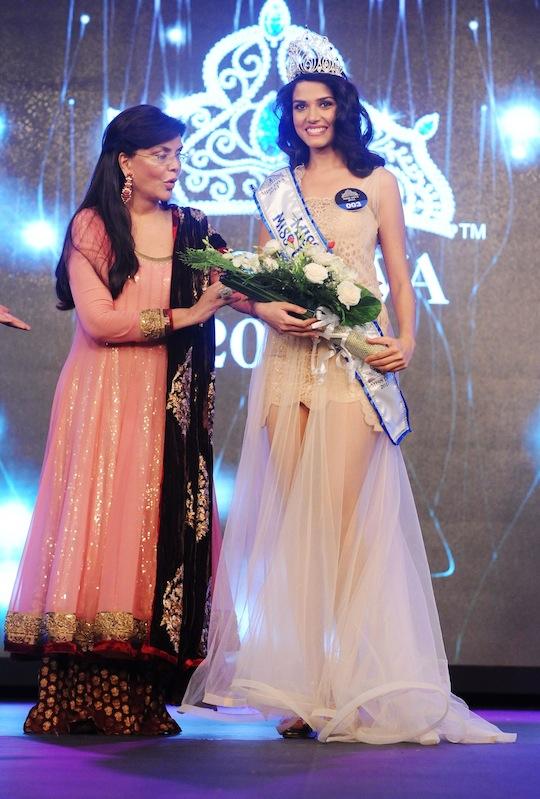 Manasi Moghe is crowned as Miss Diva 2013 by Zeenat Aman