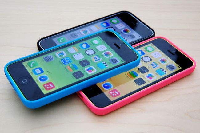 iPhone 5C comes with the older iOS 6 chip instead of the latest iOS 7 which features on iPHone 5S.