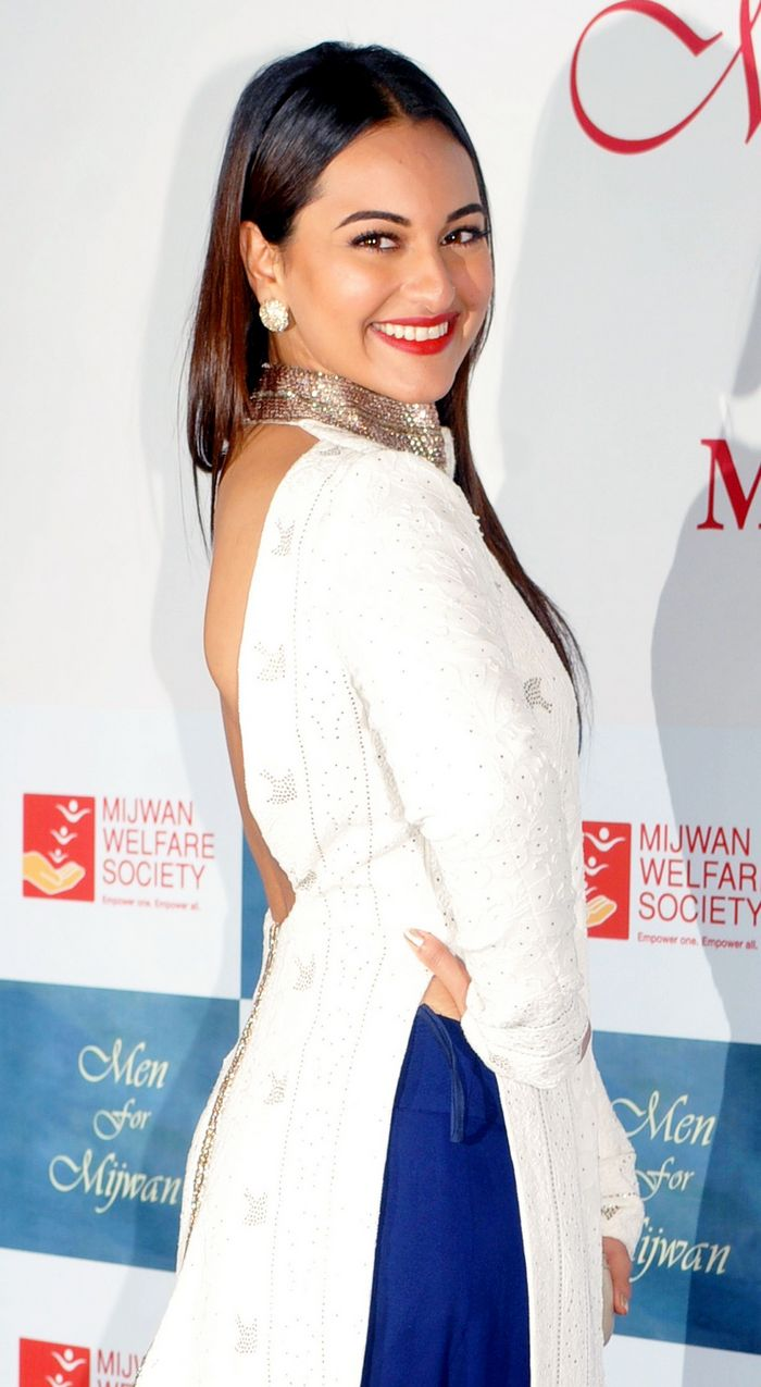 Elsewhere Sonakshi Sinha showed off her smooth back!