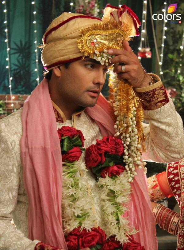 RK aka Raju is mentally disturbed but has feelings for Madhubala