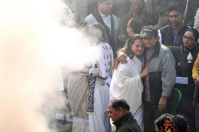 Moon Moon Sen and Biswajit at Suchitra Sen Funeral