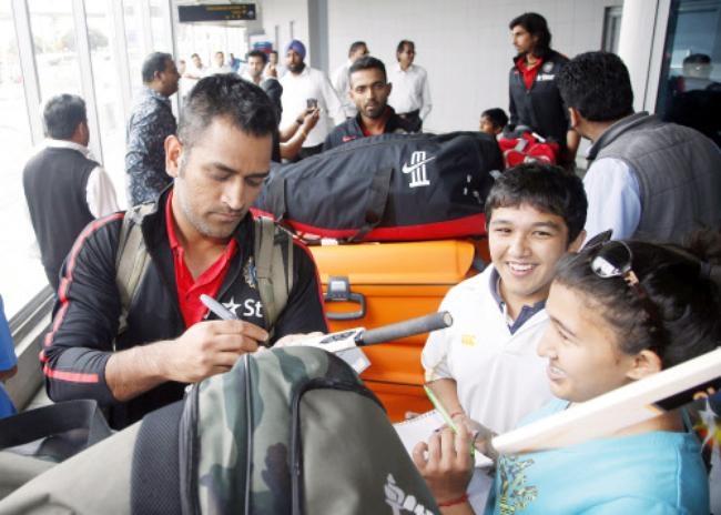 MS Dhoni obliges kids with his autograph