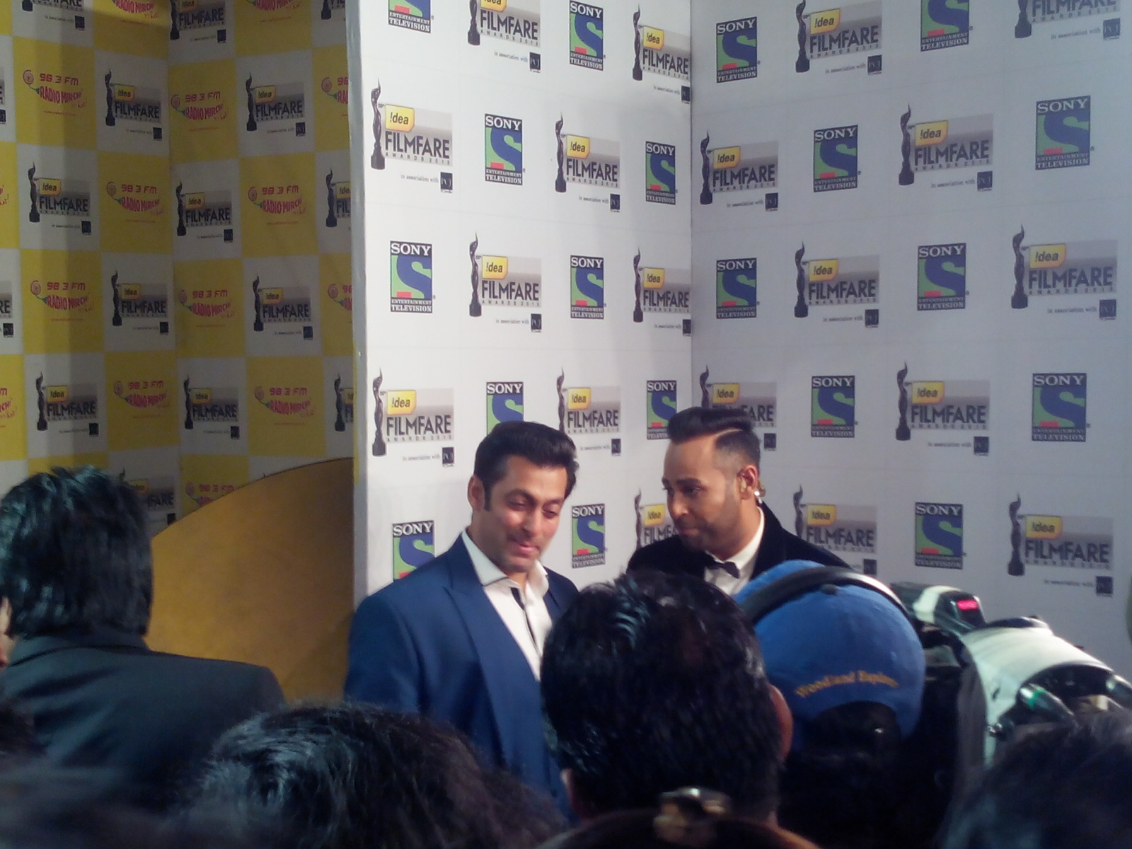 Salman Khan made a grand entry at the 59th Idea Filmfare Awards 2013