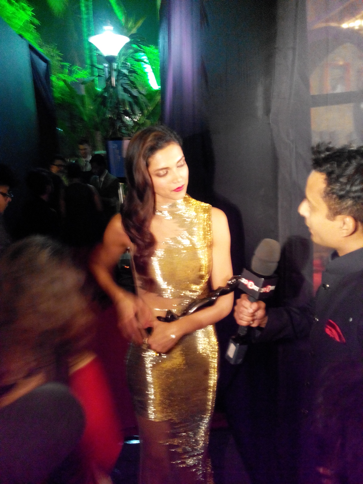 Deepika Padukone after winning the trophy at the 59th Idea Filmfare Awards