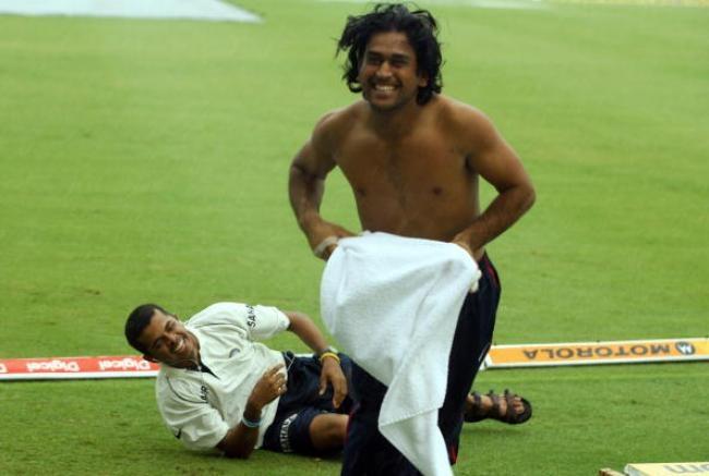 Indian cricketer Mahendra Singh Dhoni (R