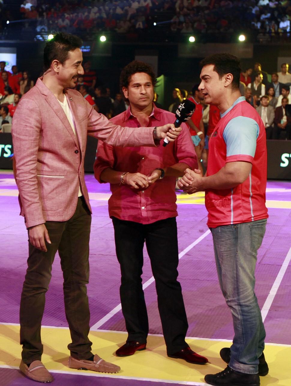 Aamir Khan and Sachin Tendulkar speaking to Charu Sharma