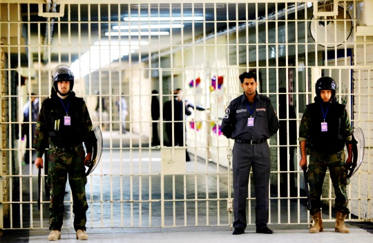 Hundreds Escape in Deadly Iraq Prison Raids