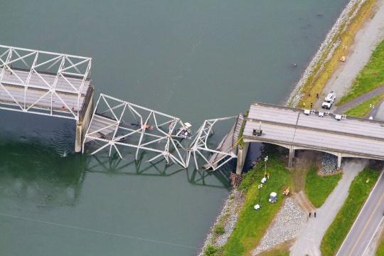 Three Survive US Bridge Collapse; New Span Sought