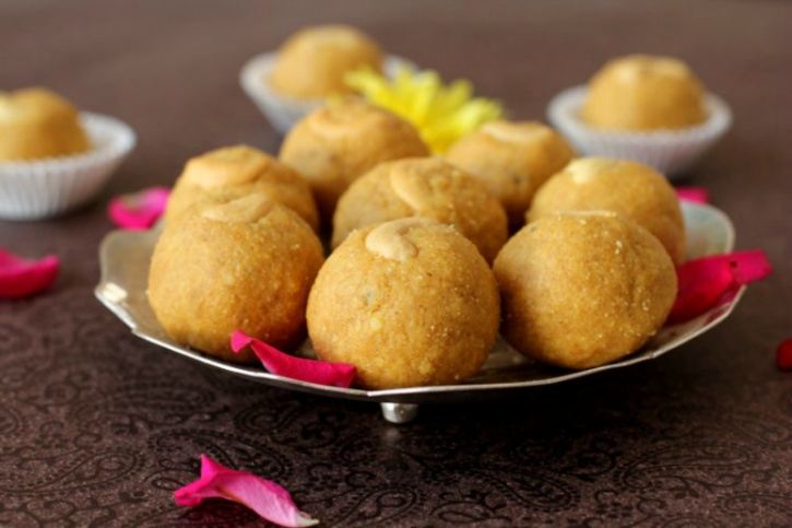 Sugar-free besan laddoos: Although traditionally, basan laddoos are made out of gram flour, ghee and loads of sugar, look for variants that substitute it with other ingredients such as jaggery, which literally make it sugar-free while satisfying your sugar cravings at the same time.