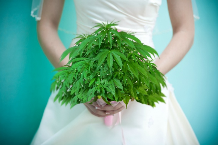 Here's a real time-saver if you if you want your special day to go off as spectacularly as you have imagined, but you don't have the time to plan every minute detail. A weed wedding is very much on the cards. The legalisation of marijuana in a handful of states and a few countries has paved the way for a new cannabis-laden moneymaking avenue at weddings. The alcoholic beverages and weeding cakes aside, couples are now serving up different strains of cannabis at marijuana bars setups instead of alcohol!