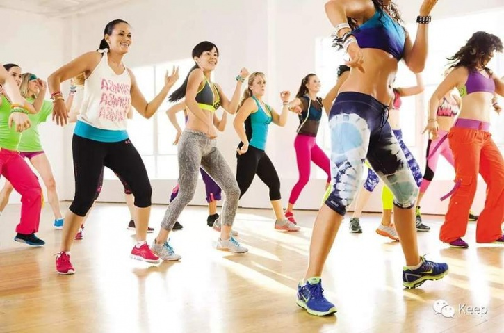 Does it sounds a lot like Zumba? The only thing that's common between the two is the fact that they both combine dance with a component of exercise. The key difference is that Zumba primarily focuses on your cardiovascular fitness, while Jazzercise focuses on not just aerobics as well as strength training. Apart from moving around using dance are your central theme you will work on your entire body by even getting into strength training movements such as push ups, bicep curl, crunches and so on.