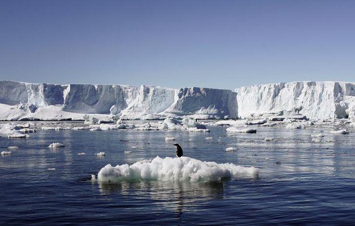 Huge Antarctic ice block