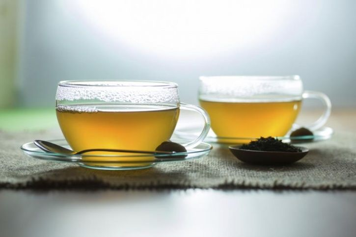 Detoxifies your body The antioxidants in green tea help detoxify your system by hydrating and cleansing your body from unwanted toxins. The catechins, for instance, help reduce toxicity in your liver reducing the pressure on it, as your liver is the major detoxing organ in your body.