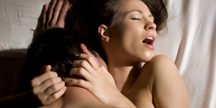 Focus on his/her reactions and respond accordingly During sex, it's common for movements to become repetitive. This makes it easy for you and your partner to zone out. Instead, focus on how he or she reacts to touch. Respond accordingly, and switch it up every now and then.