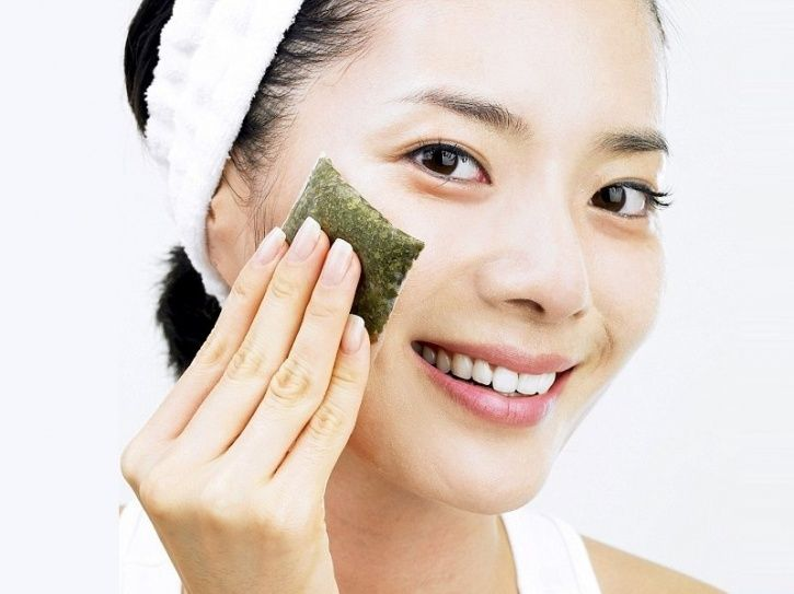 Results in healthier skin The antioxidants in green tea help delay and to some extend prevent age related conditions, such as fine lines, wrinkles and damage from the sun. It also flushes out toxins from your skin leaving it healthy.