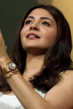 A picture of Anushka Sharma cheering for Virat Kohlis RCB at IPL 2018