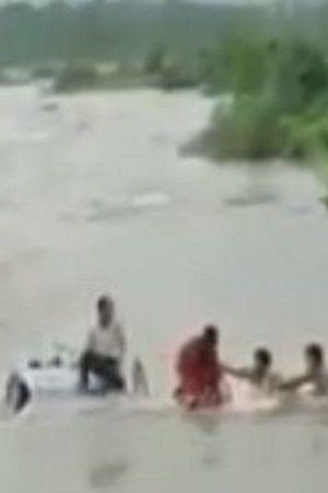 Monsoon People Locals Mumbai India RainsDeath Help