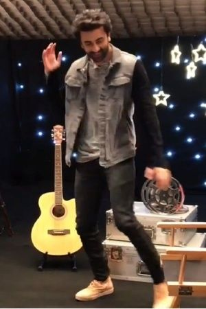 Ranbir Kapoor Dances To Shah Rukh Khans Chaiyya Chaiyya We Cannot Decide Who Did It Better