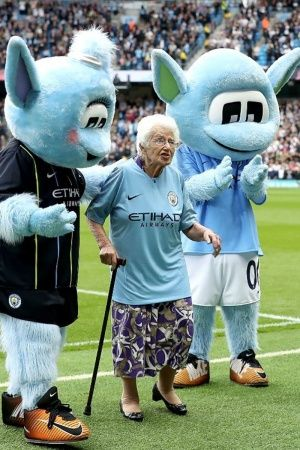 102 year old vera cohen supporting manchester city for 85 year