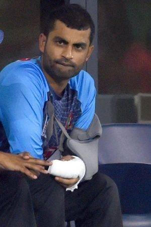 tamim iqbal batting with one hand
