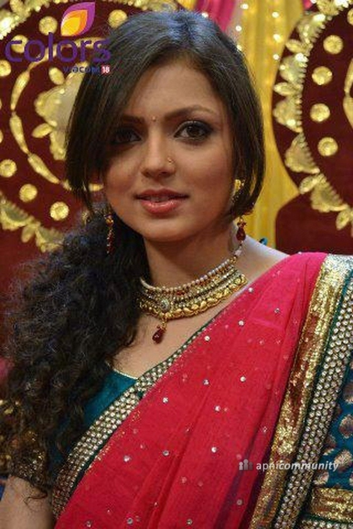 https://media.indiatimes.in/media/content/itimes/photo/2014/Jul/12/1405163642-drashti-dhami-53b56e593529f_700x1050.jpg Madhubala Serial Golden Saree