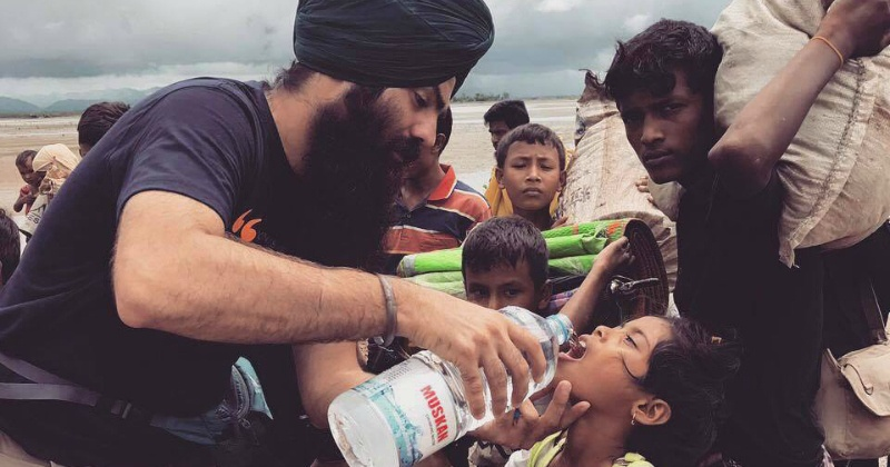 While The Entire World Has Abandoned Them, Sikh Volunteers Give Food To Rohingyas In Bangladesh