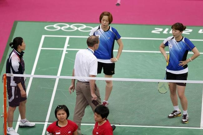 Tournament referee Torsten Berg speaks to players from South Korea and Indonesia during their women
