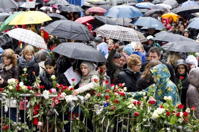 Tens of thousands of rose-waving Norwegians gathered in central Oslo