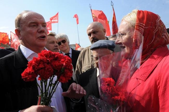 Russian communist party leader Gennady Zuganov (L) speaks with supporters