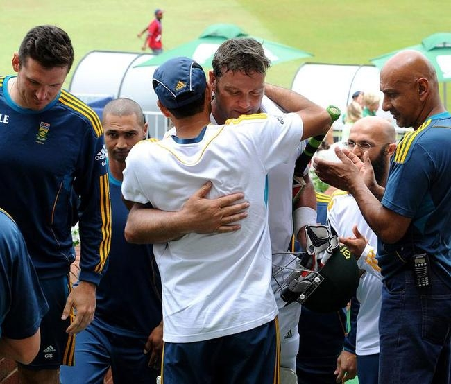South African team greets Kallis