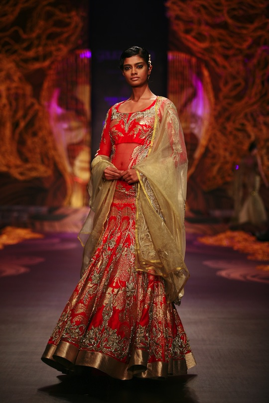 On a fabric base of organza, lace, jersey, georgette and soft mesh, Gaurav worked his magic by combining the beauty and glory of traditional Indian embroidery with Saadi, Pitta, zari, nakshee and 3D surface ornamentation.