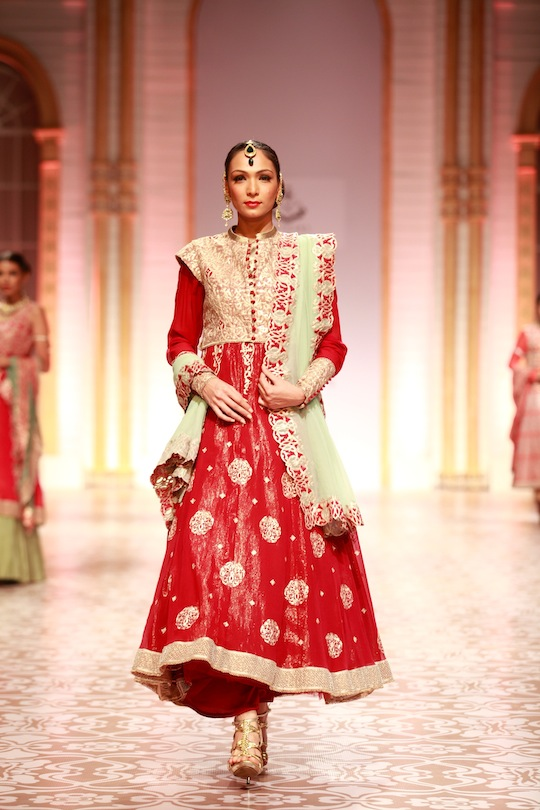 There was a glorious mix of traditional Indian wear as lehengas, shararas, saris and floor length kurtas created magic for the audience as they viewed the elegant women's wear.