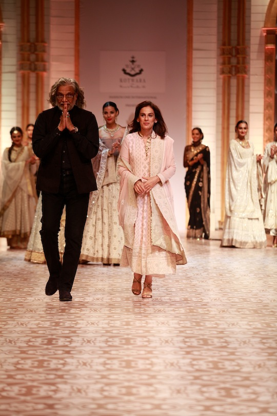 The show ended with the white section lavishly treated with the gold and silver embellishments. From flared kurtas, layers of white chiffon for regal shararas, sexy corsets and stunning lehengas, embellished with heart stopping silver chikankari;