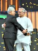 Ramesh Sippy hugs Gulzar