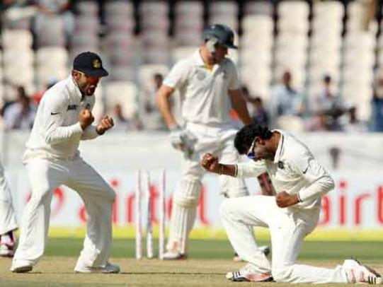 R Jadeja celebrates the wicket of Glenn Maxwell