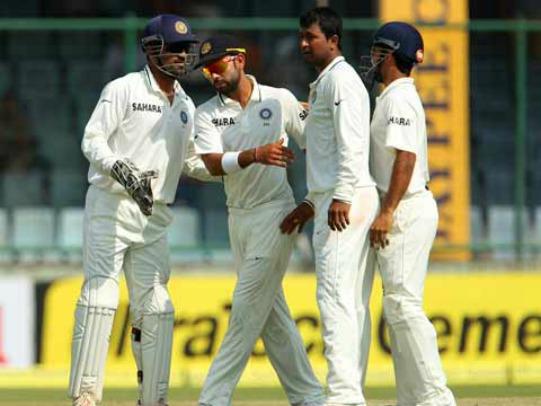 MS Dhoni and Virat Kohli congratulate Pragyan Ojha on his 100th test wicket