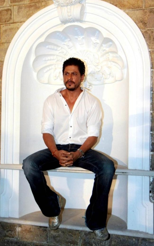 Shah Rukh Khan Cuts 48th Birthday Cake