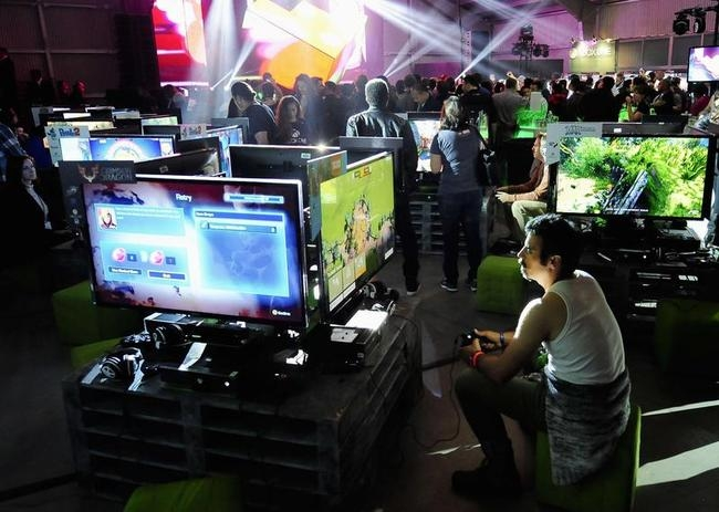 """Xbox fans play the latest games as DJ Joel Thomas Zimmerman """" Deadmau5"""" performs during the Xbox One fan celebration and launch party in Los Angeles"""